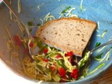 Zuccini-Salat und Brot