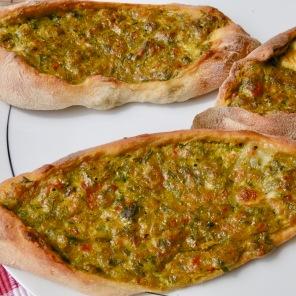 Kräuter-Käse-Pide