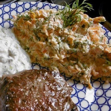türkischer Möhrensalat mit Yoghurt, Dill und Steak
